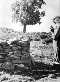Dok-Lutje fetare tek vendi i kishës