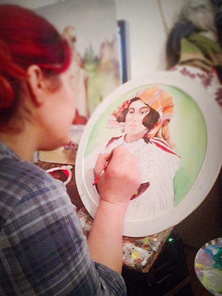 Jana gjatë pikturimit në qeramikë