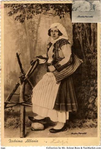Foto e Marubit- grua e vjetër zadrimore me dollamë e kostum të vjetër zadrimor