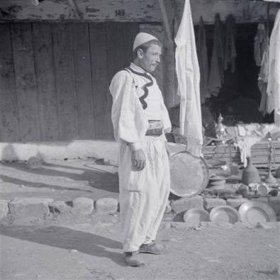 Burr zadrimor me kostum popullor të zakonshëm