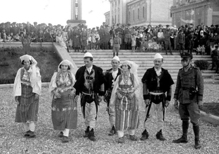 Burra dhe gra zadrimore me veshje tradicionale popullore