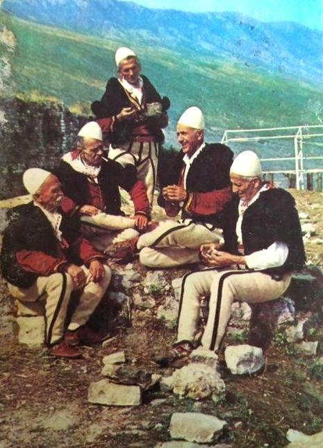 burra të veshur me çakçirë e xhurdinj(xhoke)