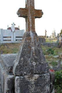 Gur i vjetër varri dhe kryq