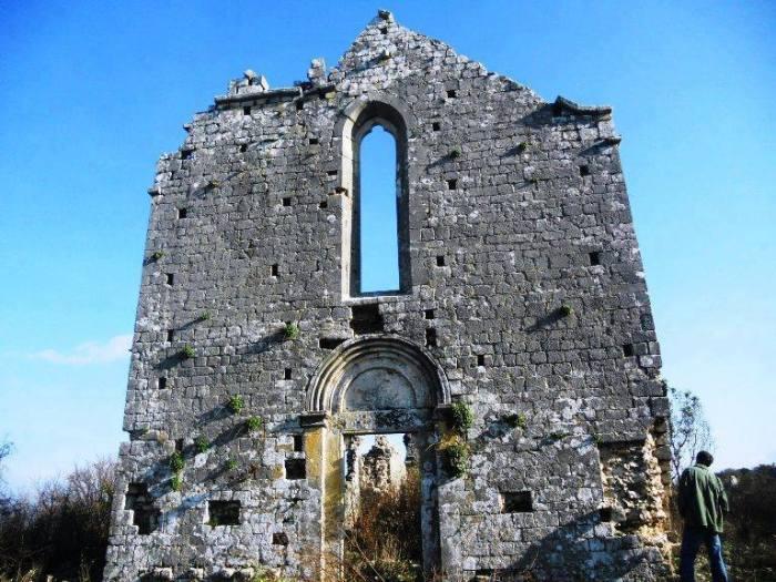gurë të gdhendur në një mur kishe shumë të vjetër
