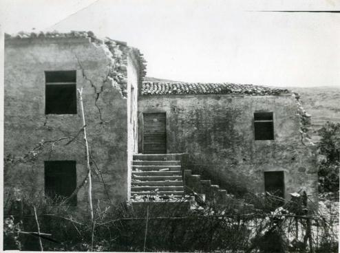shkallë guri dhe betoni në një shtëpi të vjetër zadrimore