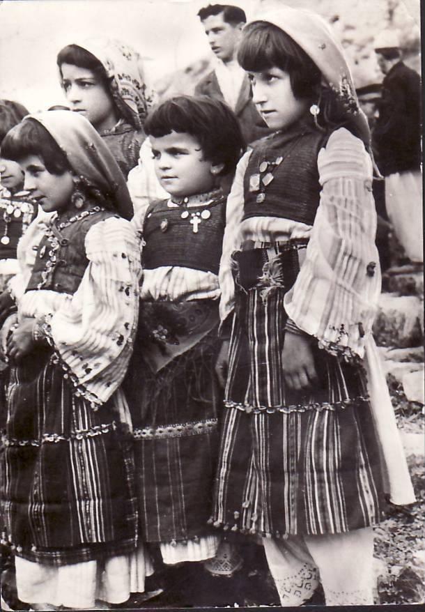 Vajza të vogla me veshje zadrimore