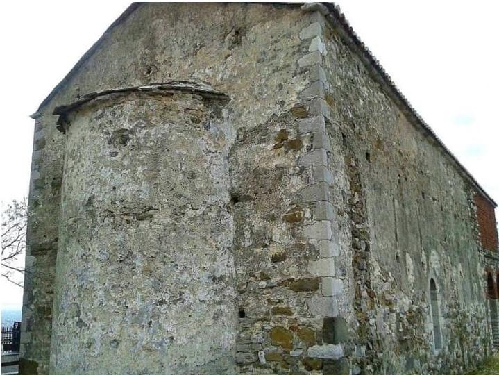 Pamje e pasme e një kishe të vjetër